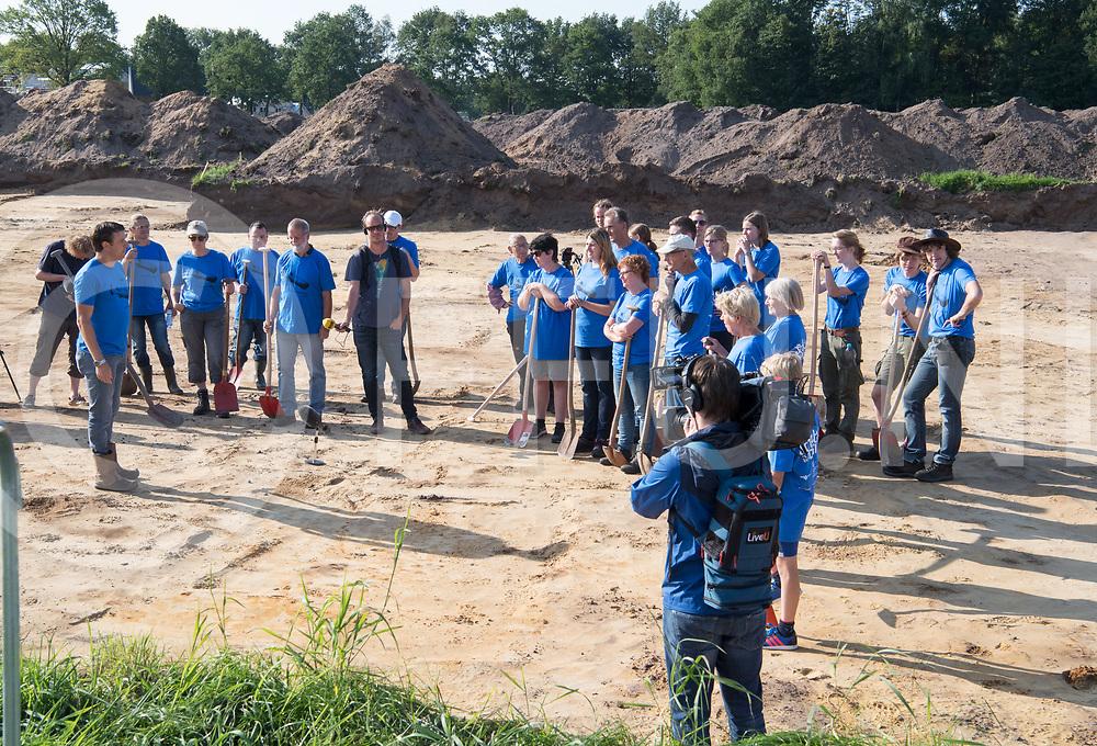 DALFSEN - Schatgraven 2017.<br /> Foto: Niels Bouma geeft de gravers uitleg.<br /> FFU PRESS AGENCY COPYRIGHT FRANK UIJLENBROEK