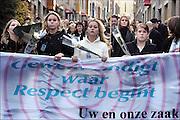 Nederland, Nijmegen, 14-11-2004Stille tocht door Nijmegen voor de een jaar geleden vermoordde Maja Braderic ter nagedachtenis van haar, en tegen zinloos geweld. Moord, cultuur, jongeren, eer, jaloezie, rouw, rouwverwerkingFoto: Flip Franssen/Hollandse Hoogte