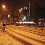 Leidseplein Amsterdam bedolven onder sneeuw.wit, fietser, verkeer, overlast, avond, verlichting