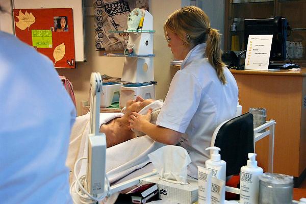 Nederland, Nijmegen, 24-10-2006..Leerling van het ROC, afdeling schoonheidspecialiste, doet praktijk op een oudere vrouw...Foto: Flip Franssen/Hollandse Hoogte