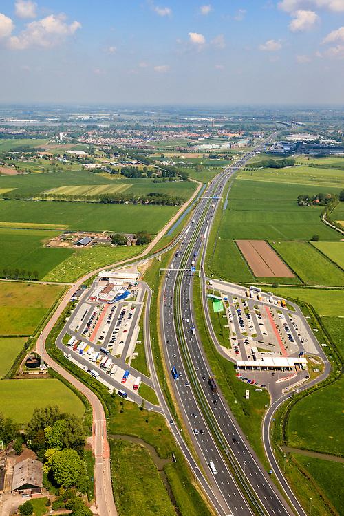 Nederland, Gelderland, Gemeente Zaltbommel, 27-05-2013; autosnelweg A2 met verzorgingsplaats De Lucht (de oudste van Nederland).<br /> Motorway A2 with service station 'The AIr'.<br /> luchtfoto (toeslag op standard tarieven)<br /> aerial photo (additional fee required)<br /> copyright foto/photo Siebe Swart