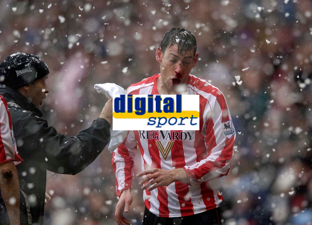 Photo: Jed Wee.<br />Sunderland v Fulham. The Barclays Premiership. 08/04/2006.<br />Sunderland's Rory Delap has blood pouring from his nose.