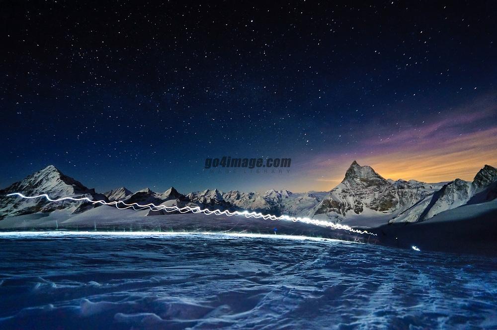 Patrouille des Glacier 21 April 2010 Zermatt, Dame Blanche 4357m und Matterhorn, Patroullien auf den weg zur Tete Blanche
