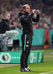 28.10.2015, Weserstadion, Bremen, GER, DFB Pokal, SV Werder Bremen vs 1. FC Koeln, 2. Runde, im Bild vl. Trainer Viktor Skripnik (Werder Bremen), gestikuliert, mit den Armen gestikulieren // during the German DFB Pokal 2nd round match between SV Werder Bremen and 1. FC Cologne at the Weserstadion in Bremen, Germany on 2015/10/28. EXPA Pictures © 2015, PhotoCredit: EXPA/ Eibner-Pressefoto/ Voelker<br /> <br /> *****ATTENTION - OUT of GER*****