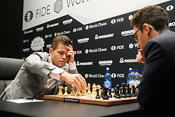 November 10, 2018 - London, GREAT BRITAIN - 181110 Magnus Carlsen of Norway and Fabiano Caruana of USA during round 2 of The FIDE World Chess Championship 2018 on November 10, 2018 in London. .Photo: Fredrik Varfjell / BILDBYRN / kod FV / 150158 (Credit Image: © Fredrik Varfjell/Bildbyran via ZUMA Press)