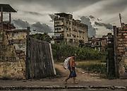 Brazil, Amazonas, rio Negro, Manaus. <br /> <br /> Quartier du port. Recuperation, cet homme ramasse les cannettes en fer pour les vendre au poids.