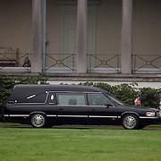 Overbrengen lichaam van overleden prins Bernhard van paleis Soestdijk, lijkwagen,