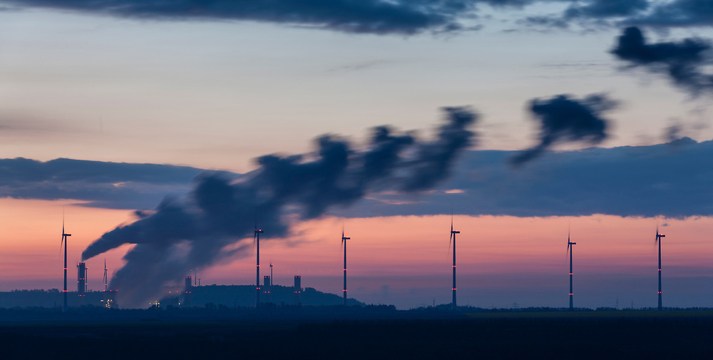 Juechen, DEU, 27.04.2017<br /> <br /> Der von der RWE Power AG betriebene Braunkohletagebau Garzweiler erstreckt sich im Rheinischen Braunkohlerevier zwischen den Staedten Bedburg, Grevenbroich, Juechen, Erkelenz und Moenchengladbach. <br /> <br /> The Garzweiler open-cast lignite mine operated by RWE Power AG extends in the Rhenish lignite district  in the westernmost part of Germany between the cities of Bedburg, Grevenbroich, Juechen, Erkelenz and Moenchengladbach.<br /> <br /> Foto: Bernd Lauter/berndlauter.com