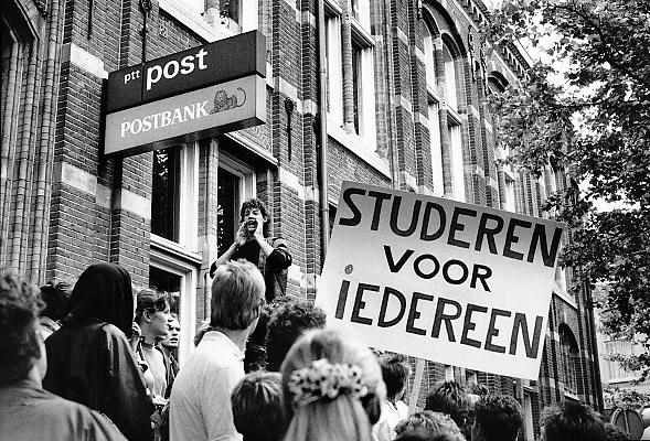 Nederland, Nijmegen, 9-6-1988Een aktievoerder van de kritische studentenvakbond akku roept demonstraten toe bij het postkantoor in de stad. Zij protetsren tegen de plannen van minister Deetman mbt wijzigingen in het stelsel van studiefinanciering.