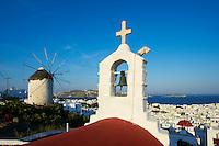 Grèce, Les Cyclades, Ile de Mykonos, Ville de Chora, le moulin de Boni et une église // Greece, Cyclades, Mykonos island, Chora, Mykonos town, Boni windmill and church