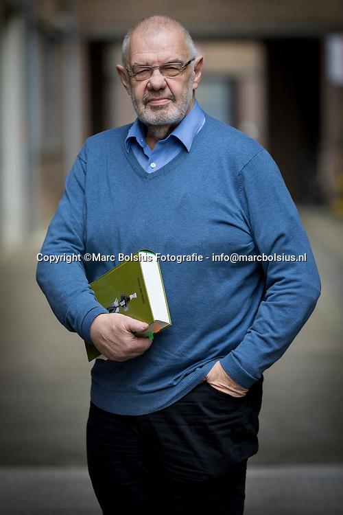 Nederland,  Den Bosch, Stan Meeuwesen schreef een lijvig boek over de sociale dienstplicht zoals Buma het graag zou zien.