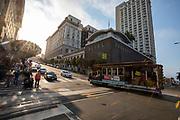 Amerika, San Francisco, 01-09-2018<br /> In San Francisco rijden de laatste handbediende kabeltrams. Ze zijn nu een belangrijk symbool van de stad. De trams worden door een kabel bewogen. Sinds 1873 rijden de trams, tegenwoordig zijn het vooral toeristen die in de trams zitten. De Amerikaanse stad San Francisco aan de westkust is een van de grootste steden in Amerika en kenmerkt zich door de steile heuvels in de stad.<br /> <br /> In San Francisco the last hand-operated cable cars ride. Nowadays they are an important symbol of the city. The trams are moved by a cable and ride since 1873. Today mostly tourists ride with the tram. The US city of San Francisco on the west coast is one of the largest cities in America and is characterized by the steep hills in the city.<br /> Foto: Bas de Meijer / De Beeldunie