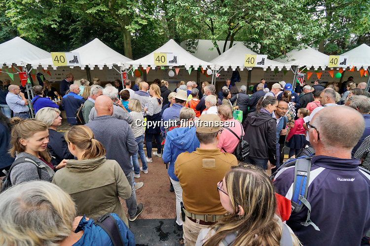 Nederland, Nijmegen, 15-7-2019 Inschrijving voor de 103e vierdaagse . Op de Wedren schrijven duizenden lopers zich in voor de tocht die dinsdag begint . 30, 40 en 50 km. 47.000 deelnemers hebben zich aangemeld. Ze krijgen als startbewijs een polsbandje met een barcode die de controle op het parcours makkelijker maakt. Foto: Flip Franssen