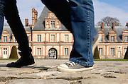 Promeneurs au château de Fontainebleau,  Paris-Ile-de-France, France.<br /> Walkers in the Fontainebleau's castle, Paris-Ile-de-France region, France.