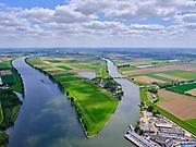 Nederland, Noord-Brabant, Gemeente Waspik, 14-05-2020; Overdiepsche polder (Overdiepse Polder). met rechtsonder Keizersveer. In kader van Ruimte voor de Rivier' (bescherming tegen hoogwater door rivierverruiming), is de dijk langs de Bergsche Maas (links in beeld) verlaagd. Bij hoogwater kan de Overdiepse polder overstromen. De boerderijen in de polder zijn gesloopt en verplaatst naar de dijk van het Oude Maasje. De nieuwe boerderijen met bijgebouwen staan op terpen.<br /> Depoldering of Overdiep Polder, farms are relocated and built on mounds. This makes it possible for the river to overflow the polder in case of heigh waters.<br /> <br /> luchtfoto (toeslag op standard tarieven);<br /> aerial photo (additional fee required);<br /> copyright foto/photo Siebe Swart