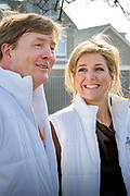 Koning Willem-Alexander en Koningin Maxima nemen deel aan vrijwilligersactie NL Doet en klussen mee in speeltuin en buurtvereniging Vreugdeoord in Alpen aan den Rijn, 12 Maart 2015. NL Doet is een vrijwilligersactie van het Oranje Fonds, de koning en de koningin zijn beschermheer en beschermvrouwe van het fonds.<br /> <br /> King Willem-Alexander and Queen Maxima of The Netherlands volunteering at playground and community Vreugdeoord in Alpen aan den Rijn, The Netherlands, 12 March 2016. NL Doet is in initiative of the Oranje Fonds, the King and Queen are patron and patroness of the foundation. <br /> <br /> Op de foto / On the photo: <br />  Koningin Maxima en Koning Willem Alexander
