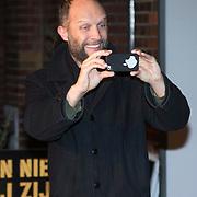 NLD/Amsterdam/20140210 - Filmpremiere Kankerlijers, Hugo Metsers III neemt een foto