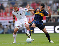 Fotball<br /> Tyskland<br /> Foto: Witters/Digitalsport<br /> NORWAY ONLY<br /> <br /> 30.07.2009<br /> <br /> v.l. Oguchi Onyewu, Viatri CA<br /> <br /> Fussball Audi Cup CA Boca Juniors - AC Milan