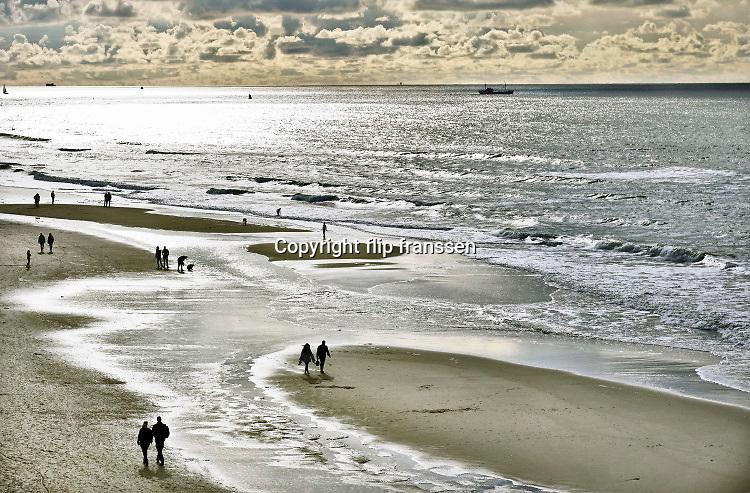Nederland, Scheveningen, 17-9-2019Badplaats aan de Noordzee. In de nazomer wandelen mensen op het strand en de boulevard. Monding van de Nieuwe Waterweg. Foto: ANP/ Hollandse Hoogte/ Flip Franssen