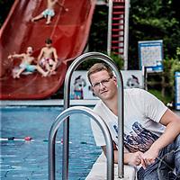 Nederland, Sint Pancras, 4 augustus 2016.<br /> Tim Groen (28). Hij is werktuigbouwkundige en heeft onderzocht hoe openluchtzwembaden op meer milieuvriendelijke manier verwarmd kunnen worden.<br /> <br /> Foto: Jean-Pierre Jans