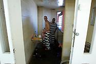 UNITED STATES-PHOENIX, AZ-Paul Harwood (23) was charged with aggravated assault and aggravated dui. He was sentenced to six months in the Maricopa County Jail, run by the infamous Sheriff Joe Arpaio and joined the chaingang. Paul lost his job, his house and his girlfriend. After completing his sentence he tries to get back on his feet.  But with a criminal record and in a bad economy, it's hard to find a good job. PHOTO: GERRIT DE HEUS.VS - Phoenix -  Wegens rijden onder invloed werd Paul Harwood veroordeeld tot zes maanden gevangenisstraf en hij werkte aan de chaingang. Hij raakte zijn baan en zijn woning kwijt. Nu is hij vrij, maar hij heeft een proeftijd van drie jaar. In de huidige omstandigheden en met een strafblad is een baan vinden vrijwel onmogelijk. PHOTO: GERRIT DE HEUS