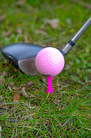 CRUQIUS -  Roze golfbal op roze tee. COPYRIGHT KOEN SUYK