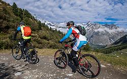 15-09-2017 ITA: BvdGF Tour du Mont Blanc day 6, Courmayeur <br /> We starten met een dalende tendens waarbij veel uitdagende paden worden verreden. Om op het dak van deze Tour te komen, de Grand Col Ferret 2537 m., staat ons een pittige klim (lopend) te wachten. Na een welverdiende afdaling bereiken we het Italiaanse bergstadje Courmayeur. Marielle, Harold