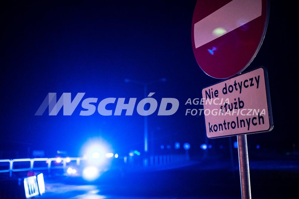 Budzisko, woj podlaskie, 15.03.2020. Po polnocy (15.03) zostala przywrocona kontrola graniczna na wewnetrznej granicy UE na dawnym przejsciu granicznym z Litwa N/z na dawnym przejsciu granicznym nie dziala zadne oswietlenie, panuja prawie calkowite ciemnosci; znak drogowy nie dotyczy sluzb kontrolnych  *** Poland has closed the borders for all foreigners since 15.03.2020 because of the Corona crisis. On photo: Polish - Lithuanian border in Budzisko *** fot Michal Kosc / AGENCJA WSCHOD