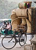 DELHI - manden op een fiets. ANP KOEN SUYK