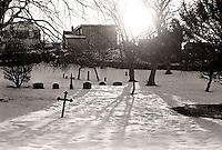 Solen skinner over en snødekt kirkegård bak Akslafjellet i Ålesund.<br /> Foto: Svein Ove Ekornesvåg