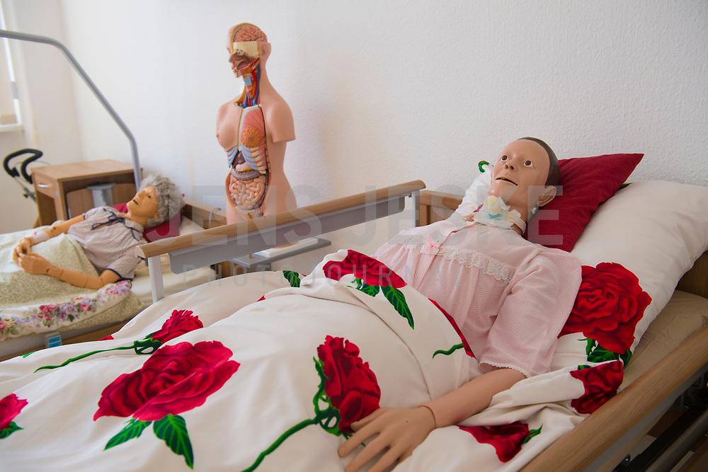 DEU, Deutschland, Germany, Berlin, 18.04.2018: An diesen Puppen über die Altenpflegeschüler in der Berufsfachschule für Altenpflege des Evangelischen Johannesstifts (in Spandau) die Pflege und Wundversorgung von Senioren.
