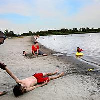 Nederland, Amsterdam , 20 juli 2014.<br /> Zomers genieten op het strand bij temperaturen boven de 30 graden Celcius op 1 van de strandjes van recreatiegebied Het Twiske in Amsterdam Noord.<br /> Foto:Jean-Pierre Jans