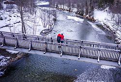 THEMENBILD - ein Liebespaar küsst sich auf einer Brücke über einem Bach, aufgenommen am 06. Februar 2019 in Kaprun, Oesterreich // a couple of lovers kissing on a bridge over a stream in Kaprun, Austria on 2019/02/06. EXPA Pictures © 2019, PhotoCredit: EXPA/ JFK
