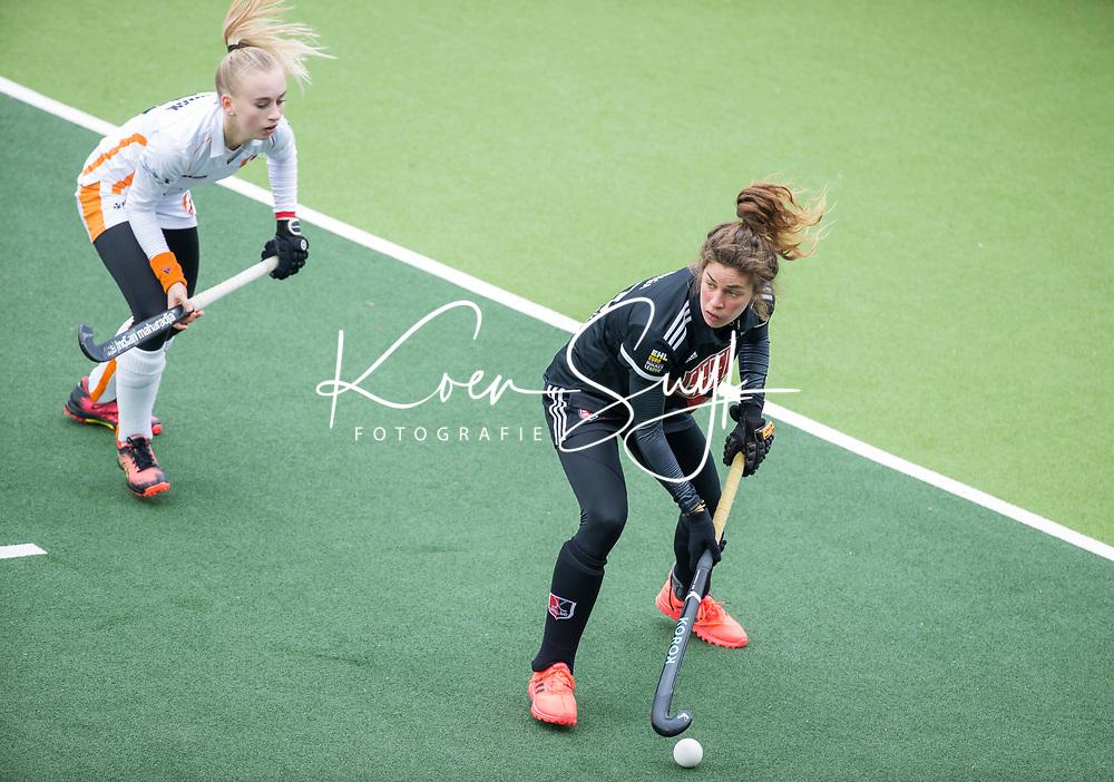 AMSTELVEEN - Sosha Benninga (Adam) met Kim Hendrix (OR)  tijdens de hoofdklasse hockeywedstrijd dames , AMSTERDAM-ORANJE ROOD (2-0) .  COPYRIGHT  KOEN SUYK