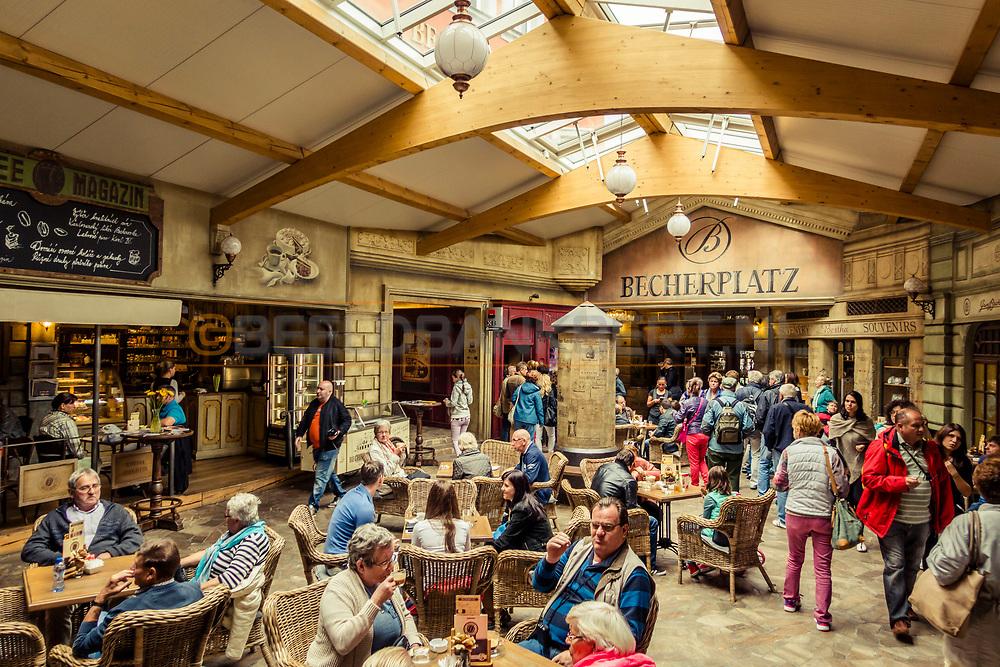 20-09-2015: Jan Becher Museum in Karlovy Vary (Karlsbad), Tsjechië. Foto: Becherplatz bij het Jan Becher museum