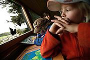 Svizzera, San Gallo, asilo nel bosco , un piccolo casottino in legno è il rifugio in caso di forte pioggia...le lezioni solitamente si volgono sempre all'aperto per tutto l'inverno ....Switzerland, St. Gallen, kindergarten in the wood. Children are free to run and enjoy in the wood no matter cold or snow...Inside a little wood hut used during the rain....