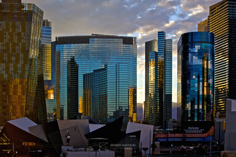 Las Vegas, business and shopping centre. Sunset sky reflections in the glass walls of business centres and hotels.<br /> Небоскребы на фоне вечернего неба. Съемка на закате. Центр города Лас-Вегас, США.