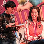 NLD/Amsterdam/20130116 - Vragenvuur kinderen tijdens Kidscollege 2013, presentatrice Vivienne van Assem en sportster Naomie van As