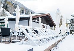 19.04.2017, Zell am See, AUT, Wintereinbruch in Salzburg, im Bild eine schneebedeckte Terrasse mit Liegestühle und Sonnenschirme am Strandbad // A snowy terrace with sun loungers and umbrellas at the beach club, Zell am See, Austria on 2017/04/19. EXPA Pictures © 2017, PhotoCredit: EXPA/ JFK