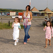 NLD/Bloemenaal/20050601 - Haringparty Showtime Noordzee FM, Fajah Lourens, dochter Irem en vriendinnetje