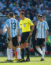 17.06.2010, Soccer City Stadium, Johannesburg, RSA, FIFA WM 2010, Argentinien vs Südkorea im Bild Walter Samuel of Argentina  holds the back of his leg after picking up an injury, EXPA Pictures © 2010, PhotoCredit: EXPA/ IPS/ Mark Atkins / SPORTIDA PHOTO AGENCY