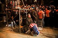 17022008. Prishtina. Jour de l'indépendance. De nombreux manifestants arborent le drapeau américain, comme cet homme handicapé.