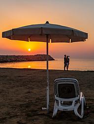 THEMENBILD - ein Liebespaar macht einen Selfie des Sonnenaufgangs am Strand an einem heissen Sommertag, aufgenommen am 17. August 2018 in Larnaka, Zypern // a loving couple takes a selfie of sunrise on the beach on a hot summer day, Larnaca, Cyprus on 2018/08/17. EXPA Pictures © 2018, PhotoCredit: EXPA/ JFK