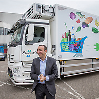 Nederland, Zaandam, 15 mei 2017.<br /> Ingebruikname eerste e-trucks voor Albert Heijn.<br /> De Amsterdamse wethouder Abdeluheb Choho, wethouder Duurzaamheid neemt de eerste van de twee e-trucks in gebruik die Albert Heijn-supermarkten in Amsterdam gaan bevoorraden.<br /> Links op de foto Wim roks, Wagenparkbeheerder bij Simon Loos<br /> <br /> Foto: Jean-Pierre Jans<br /> <br /> The Netherlands, Zaandam, May 15, 2017. <br /> Commissioning of the first e-trucks for supermarket chain Albert Heijn. On the picture: Left Wim Roks fleet manager of Simon Loos.<br /> Photo: Jean-Pierre Jans