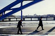 18.03.2018 Magdeburg, Sternbrücke.<br /> <br /> Die Verbindung von Innenstadt und Rotehornpark ist die Sternbrücke, für den normalen Autoverkehr gesperrt, wird sie gerade am Wochenende von Spaziergängern und Radfahrern genutzt um großten Park Magdeburgs zu erreichen. Es ist ein sonniger Tag aber der Wind ist eisig, gefühlte minus neun Grad. Das Eis auf den Gehwegen ist meistenorts geschmolzen, auf der Brücke hält es sich hartnäckig.<br /> <br /> ©Harald Krieg