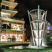 Fontana moderna lungo il Tamigi a Wandsworth.<br /> <br /> A modern fountain along the Thames in Wandsworth.