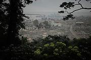 Un kilomètre sépare la montagne Hiyorigaoka du littoral. En contrebas, le quartier Minami Hamacho était principalement résidentiel. Seuls quelques bâtiments sont restés debout : lhôpital toujours fermé proche du port, un temple, des hangars ou maison, tous en  structures darchitectures partiellement évidées. Larmée civile japonaise a évacué la grande partie des débris déposés par la vague si bien que les rues et les fondations révèlent la trame géométrique anciennement urbaine de cet immense terrain vague.