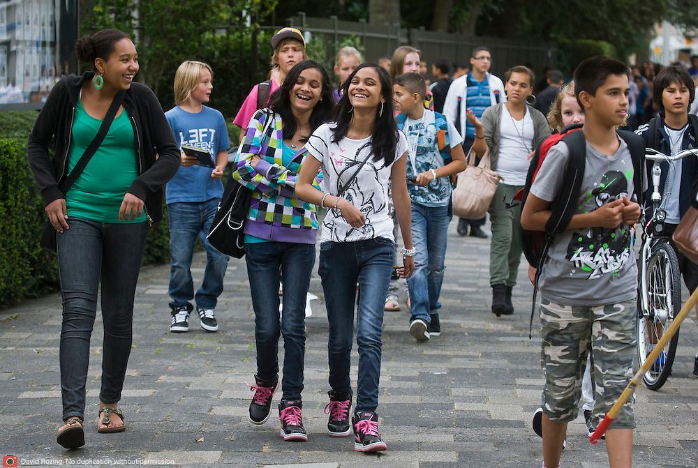 Nederland Rotterdam 22 augustus 2011 20110822 De scholen zijn weer begonnen. Leerlingen onderweg naar school om hun roosters op te halen voor het nieuwe schooljaar.  Foto: David Rozing