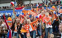 AMSTELVEEN -  Supporters van Team NL (Bloemendalers) tijdens Nederland-Tsjechie (dames) bij de Rabo EuroHockey Championships 2017.  COPYRIGHT KOEN SUYK