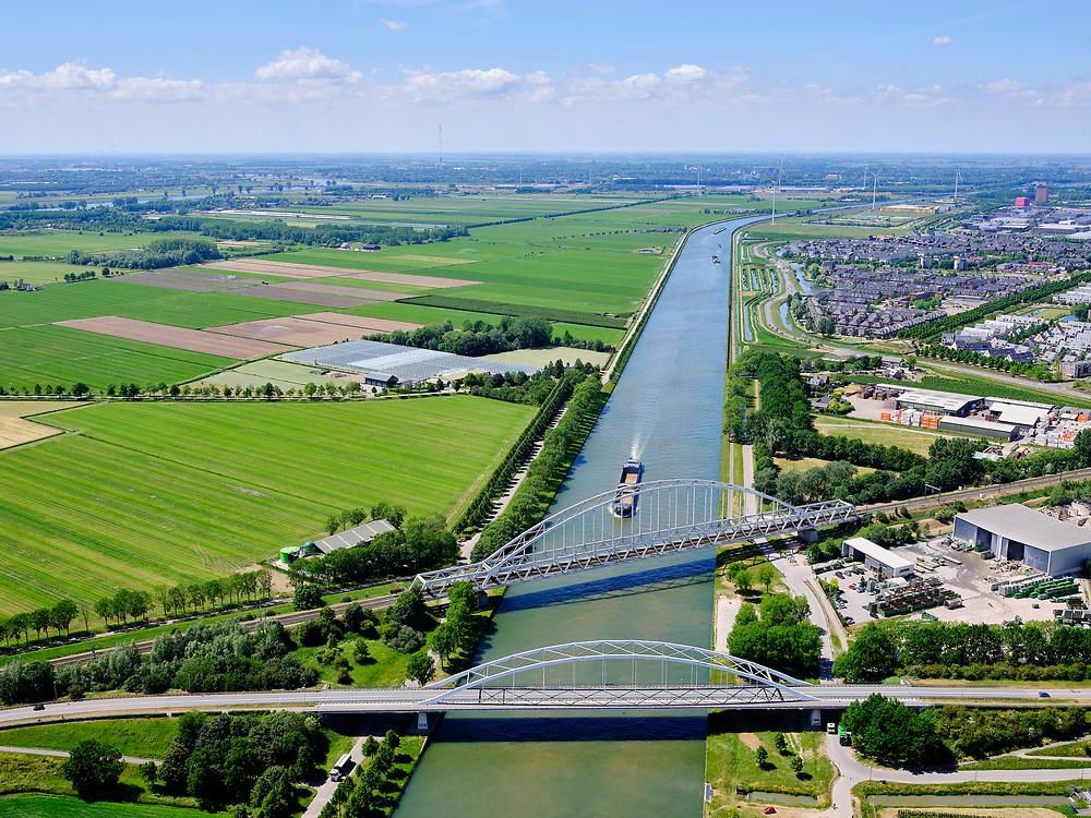 Nederland, Utrecht, Houten, 27-05-2020; Schalkwijkse Spoorbrug, Schalkwijksebrug (verkeersbrug), beiden over Amsterdam-Rijnkanaal, nabij Houten (in de achtergrond). <br /> Schalkwijkse Spoorbrug, Schalkwijksebrug (traffic bridge), both across the Amsterdam-Rhine Canal, near Houten (in the background).<br /> <br /> luchtfoto (toeslag op standaard tarieven);<br /> aerial photo (additional fee required)<br /> copyright © 2020 foto/photo Siebe Swart